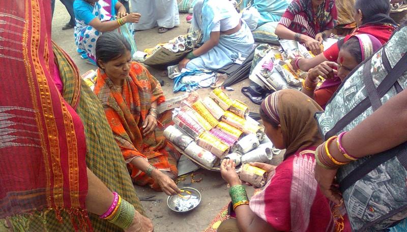 Bangle making process on roadsides in Pandharpur