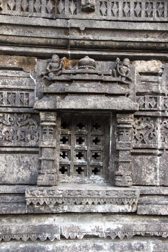 Amruteshwar Temple, exterior window carvings
