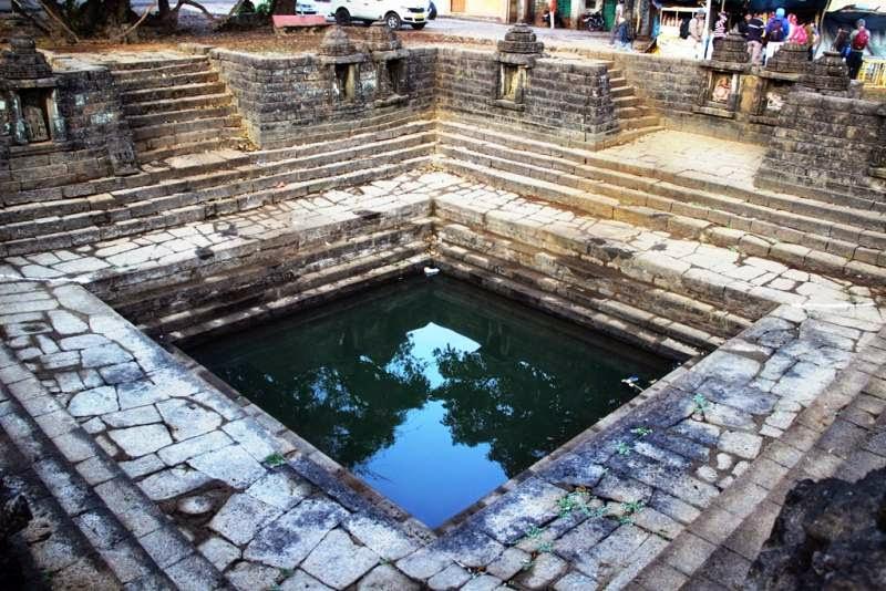 Amruteshwar Temple, Cistern